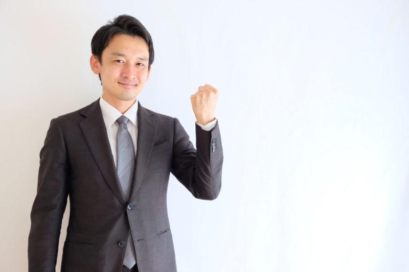 おすすめの退職代行業者を紹介する男性