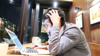 弁護士が即日対応する退職代行、どこが良いのか悩む男性
