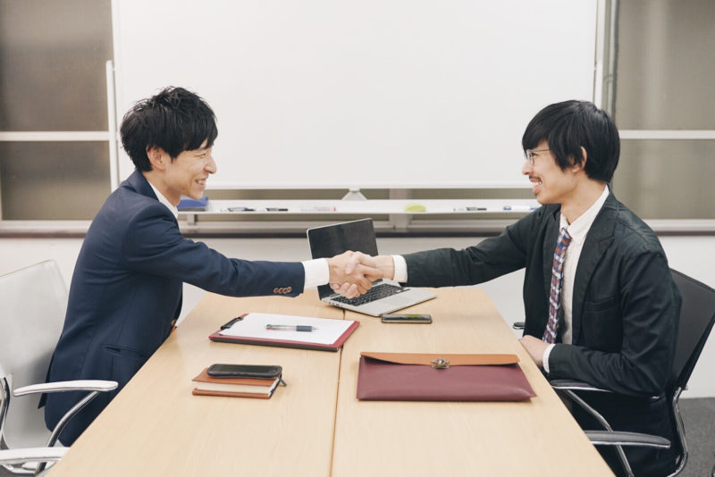 福島県の法律事務所で相談する男性