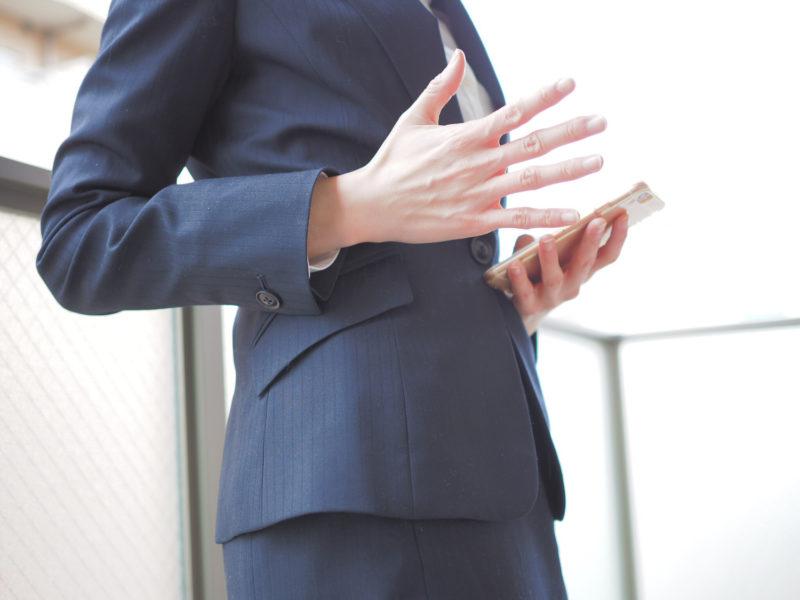 島根県の法律事務所を調べる女性