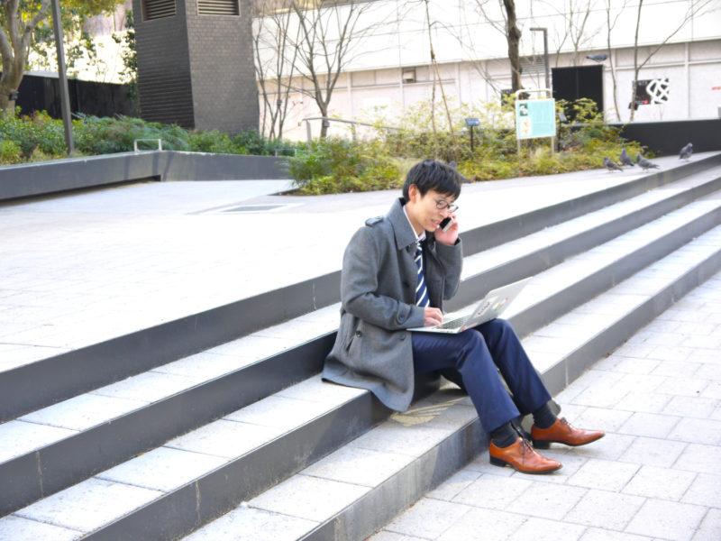 長崎県の法律事務所を探す男性