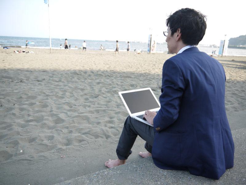 滋賀県でおすすめの退職代行サービスを探す男性