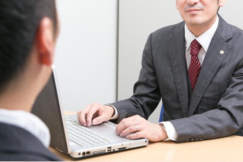 福井の法律相談所を訪れる男性