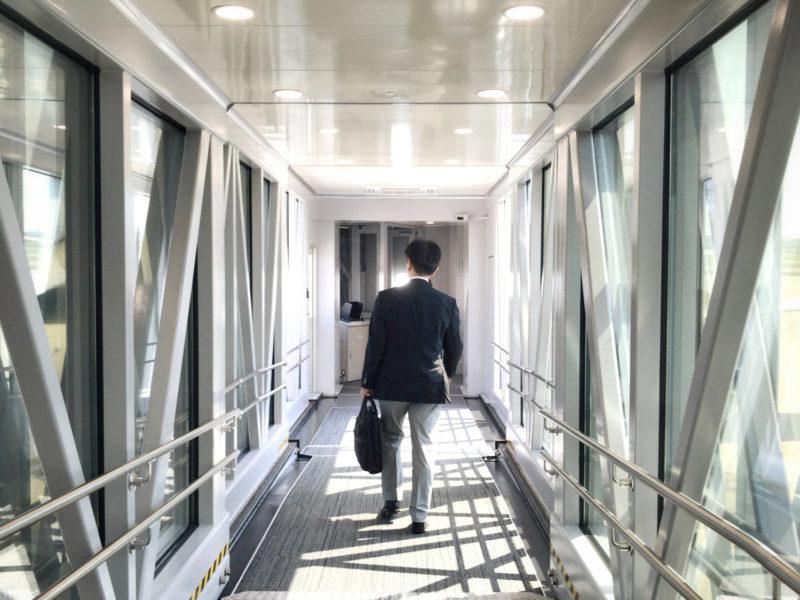 福井県でおすすめの退職代行サービスを探す男性