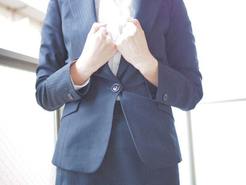 退職代行サービスのメリットに気づき喜ぶ女性