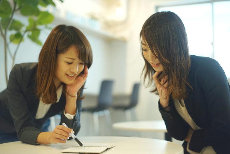 退職代行の流れを説明する女性