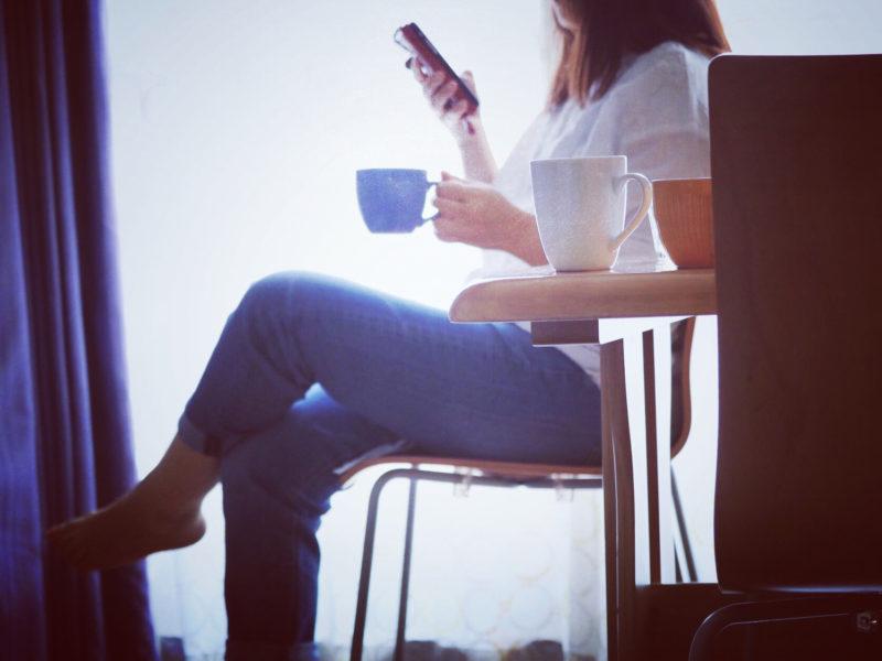 退職代行のメリットを調べる女性